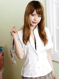 Sexy schoolgirl Mami Niikura show her perfect ass and tits