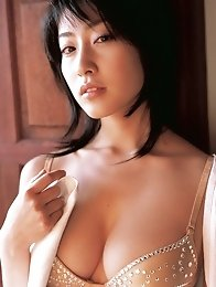 Sensual gravure idol beauty enchants with her perfect body