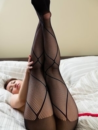 Pantyhose-wearing beauty Yukari Toudou teasing you with her soles and ass