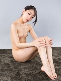 Skinny beauty Rio Kamimoto sucks on her own toes, shows off that oily ass on cam