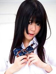 Young schoolgirl Shinjo Nozomi show her nice ass